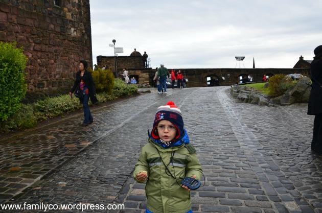Alessio che ascolta l'audioguida del Castello di Edimburgo